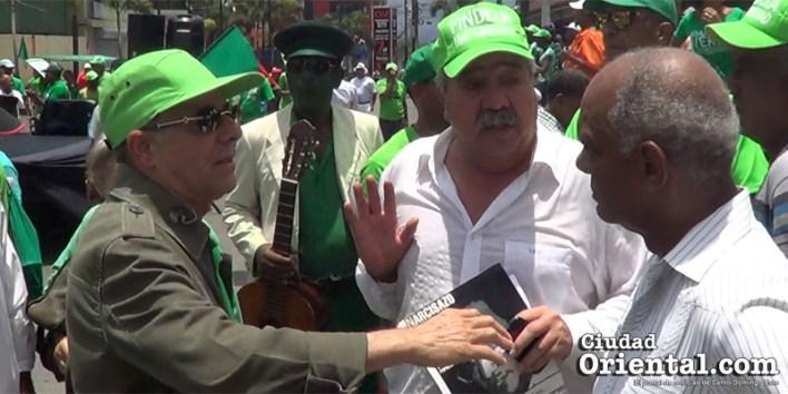 Tonty, en el centro, explica brevemente a Manuel Jiménez (i), su propuesta. A la derecha, Fernando Peña.