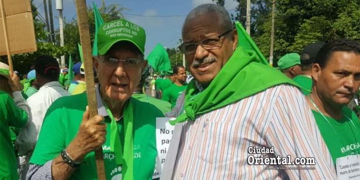 Narciso Isa Conde (i) y Rafaelito El Flaco, en una foto hecha antes del inicio de la Marcha verde en La Vega