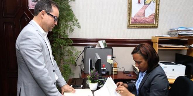 Amado Díaz, mientras depositaba el Proyecto de ley