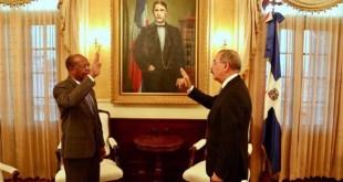 Hector Mojica, (i) juramentado por el presidente Danio Medina