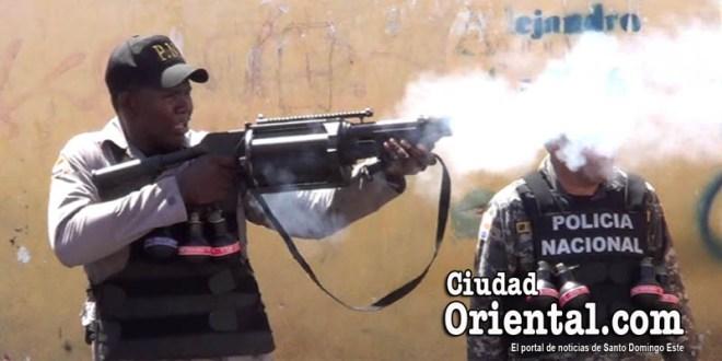 Un policía dispara una carga de gases lacrimógenos contra los manifestantes.