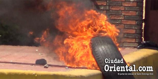 Un neumático arde a la entrada de la UASD
