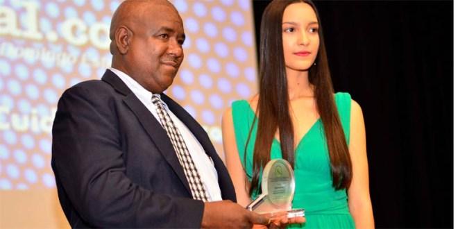 El periodista Julio Benzant recibe el galardón otorgado a Ciudadoriental.com por el Observatoriod eMedios Digitales de la República Dominicana, que preside la periodista Cristal Acevedo