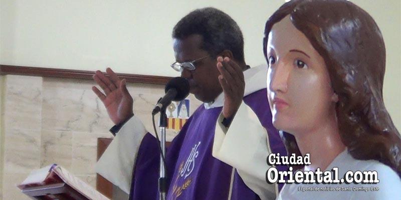 """La extraña """"jugada"""" del fray Richardson en la misa en memoria de Juancito"""