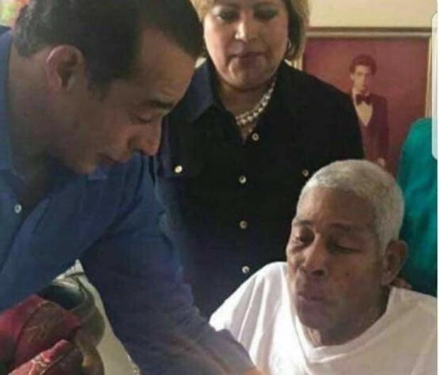 Pérez y Pérez, enfermo, es asistido por otra persona
