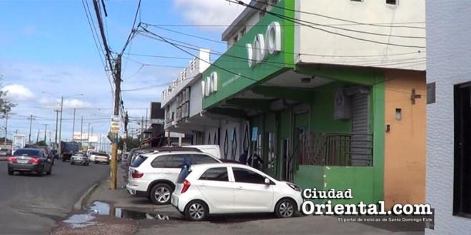 Las empresas Viva y Aster usan como estacionamiento para sus clientes un trozo de la acera de la avenida San Vicente de Paúl