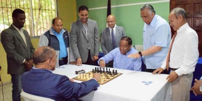 El Vicealmirante, director de la DNCD y Danilo Díaz, realizan la movida de honor para dejar inaugurada la Copa Juan Pablo Duarte