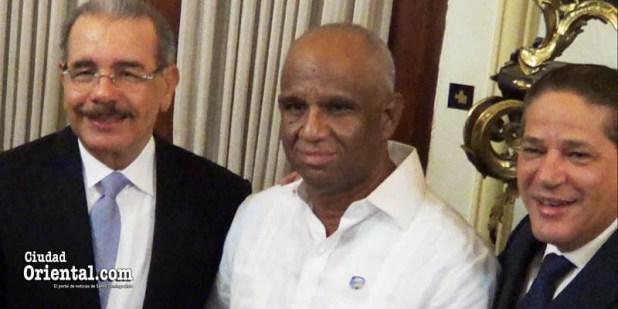Presidente Danilo Medina (i), periodista Robert Vargas (c) y Carlitos Pared Pérez, asistente del Prediente