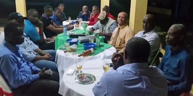Raúl Mañón habla a comunicadores durante un encuentro social con motivo de las fiestas de Navidad
