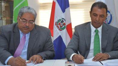 Chanel Rosa Chupany, director de SeNaSa, y Domingo Contreras, director de DIGEPEP durante la firma del acuerdo.