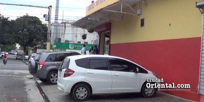 Varios vehículos estacionados sobre la acera en la intersección de la calle Costa Rica y avenida Sabana Larga.