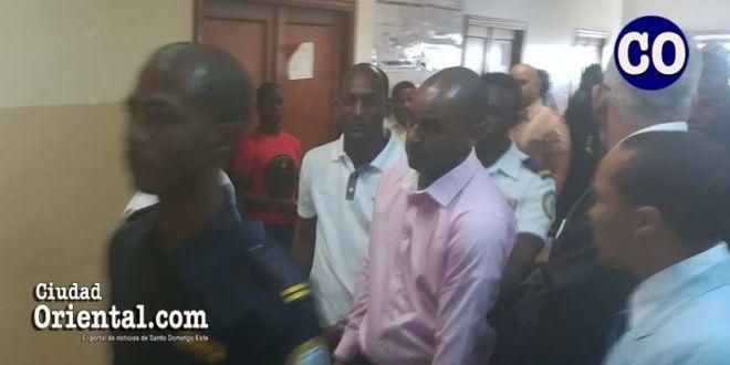 Los hermanos Laras, a la salida del tribunal