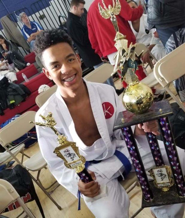 El dominicano Harlem A. Espinosa R. muestra sus trofeos