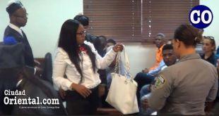 La condenada entrega sus pertenencias a parientes, tras ser ordenado su arresto