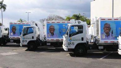 Grandes carteles con la foto del alcalde son colocados en camiones propiedad del ASDE