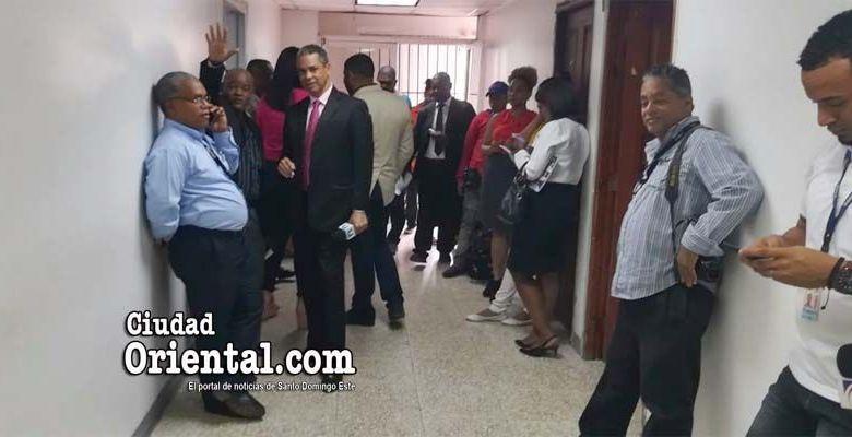 Periodistas de distintos medios esperan a las puertas de la fiscal Olga Diná, la salida de los funcionarios de la UAI en la OMSA