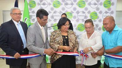 El coordinador del gabinete gerencial, Ramón Tavarez; Gilberto Suero, gerente de SeNaSa en Barahona; Mercedes Rodríguez Silver, directora ejecutiva de SeNaSa; Xiomara Torres y Aulio López, afiliados al Régimen Subsidiado de SeNaSa.