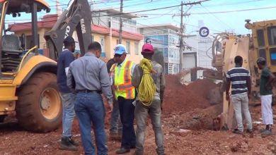 Photo of La CAASD provoca destrozos en la Av. Venezuela; parte en dos cable de fibra óptica de Claro