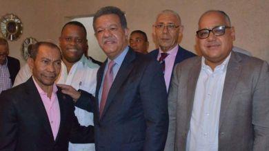 Photo of Descifrando el mensaje de estos dos empresarios de SDE junto a Leonel Fernández