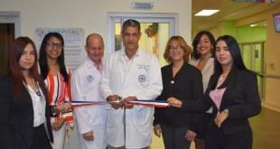 El doctor José Gabriel Aponte Pons, al cortar la cinta.