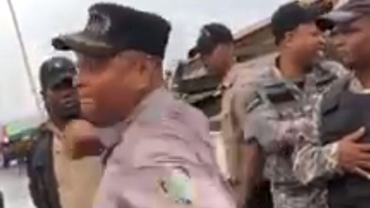 """Se vuelve viral vídeo del teniente coronel Madé golpeando a un hombre que tacha de """"ladrones"""" a los policías"""