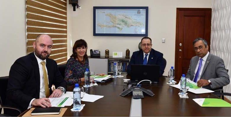El Ing. Magín J. Díaz reunido con la embajadora de Estados Unidos, Robin S. Bernstein; su asistente, Jorge Baciuy el coordinador de Gabinete de Impuestos Internos, Romeo Ramlakhan.