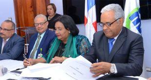 01. Doctora Mercedes Rodríguez Silver, directora ejecutiva de SeNaSa y Rafael Sánchez Cárdenas, Ministro de Salud Pública durante la firma del acuerdo.