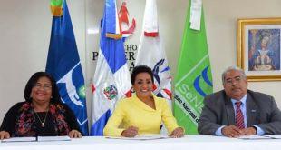 Doctora Mercedes Rodríguez, directora ejecutiva de SeNaSa; Cándida Montilla, Primera Dama de la República Dominicana; y Chanel Rosa Chupany, director ejecutivo del Servicio Nacional de Salud (SNS).