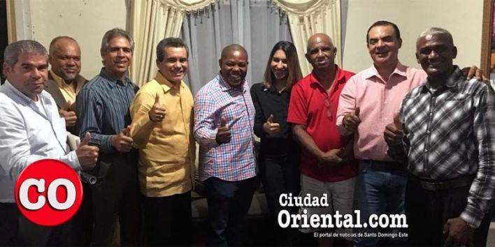 Adán Peguero y sus nuevos seguidores posan par auna foto junto al director de Ciudad Oriental, Robert Vargas, (con camiseta roja), en la sede de este portal.