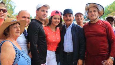 Photo of En Visita Sorpresa a Isla Saona y Bayahibe; Danilo Medina conversa con turistas y autoridades locales