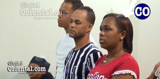 La condenada junto a los dos imputados favorecidos con absolución.