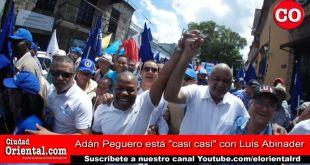 Adán Peguero (i) le levanta lamano derecha a Roberto Fulcar