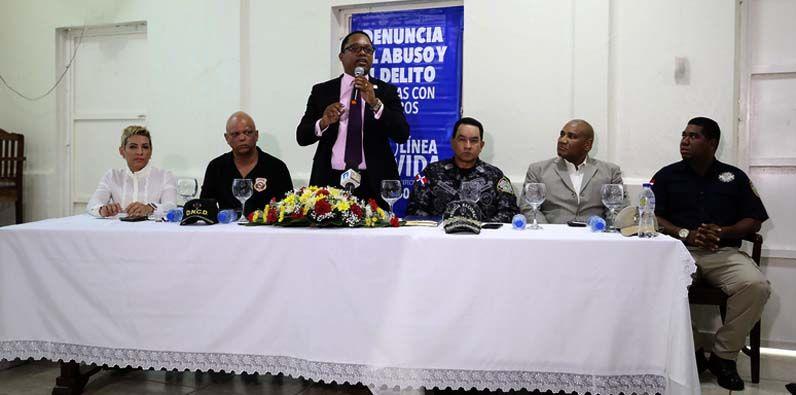 El fiscal Ángel Darío Tejeda Fabal mientras se dirige a los miembros de prensa a quienes expuso los avances logrado en la lucha contra el narcotráfico.