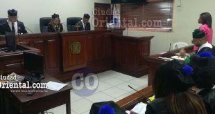 Betanía Ferreras Castillo, de pies, escuchando el fallo del tribunal.