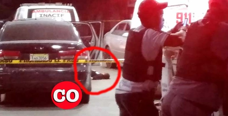 El cadáver de uno de los supuestos asaltantes yace en el pavimento