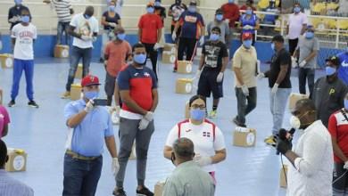 Photo of Ministerio de Deportes entrega alimentos a entrenadores de Santo Domingo Este