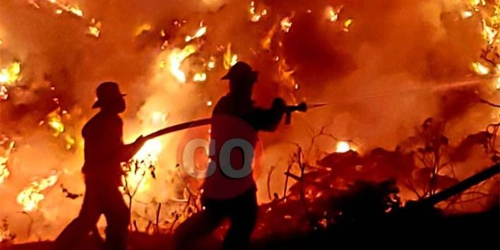 Bomberos de SDE enfrentados a las llamas en el fuego de Duquesa