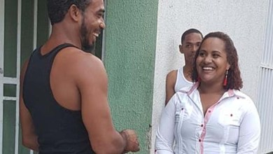 Yokasta Contreras conversa con un ciudadano/ Foto de archivo