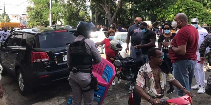 Así estaba el Parque Las Palmas, de Los Mina, cuando intervino la Policía luego de iniciado el toque de queda