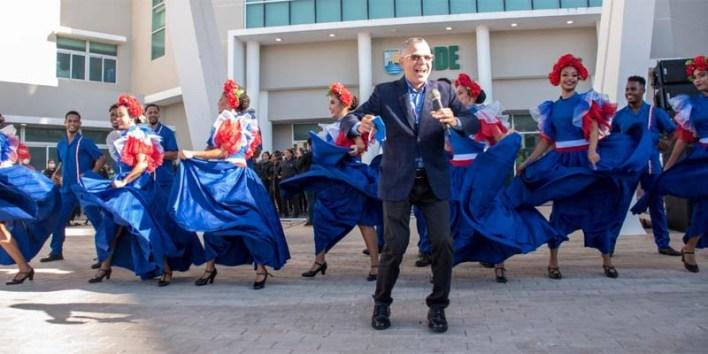 Manuel Jiménez canta y baila en la sede del ASDE