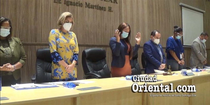 Bufete directivo del Concejo de Regidores, rezando antes de iniciar la sesión