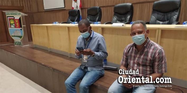 Dos comunicadores dentro de la sala Capitular, donde fracasó la sesión convocada para este día 22 de diciembre