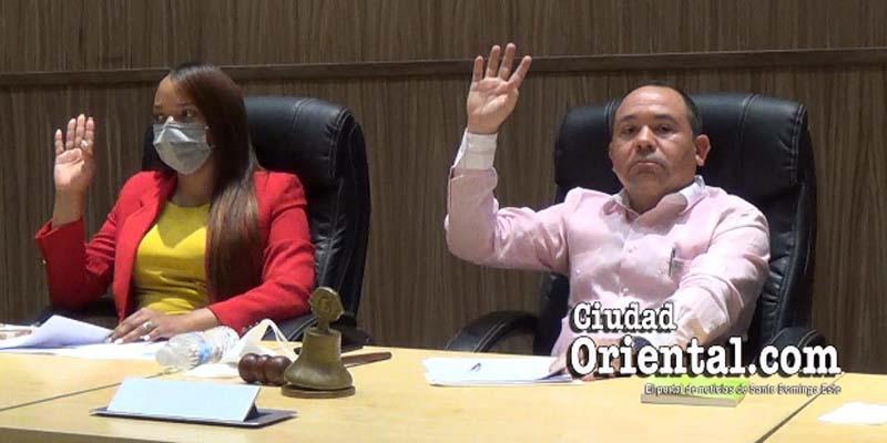 La Vice Presidenta y el Presidente del Concejo votan a favor de que la solicitud de Jiménez fuera enviada a comisión de estudios.