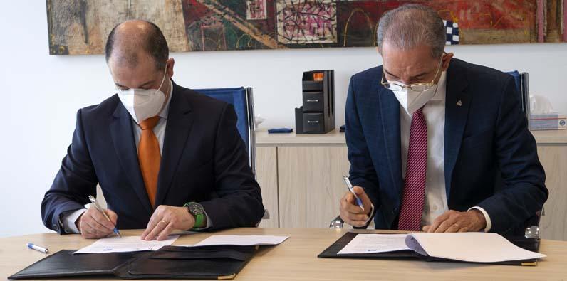 El Ministro del MESCYT, doctor Franklin García Fermín, y el rector de UNEATLANTICO, doctor Rubén Calderón Iglesias, al firmar el acuerdo.