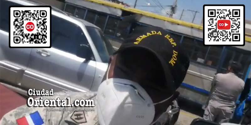 Este militar agarró por el cuello al periodista Julio Benzat para que no grabara el motin