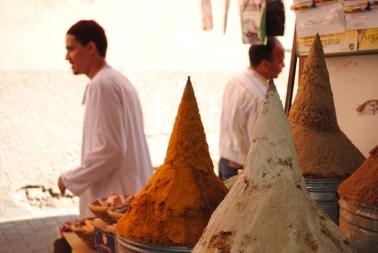 Las especias se ven en todas sus formas y aromatizan la ciudad. Foto: M. Riggi
