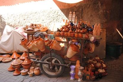 Esas vasijas de barro que se ven en el suelo, se llaman tagine o tajine y da el nombre al plato más tradicional de Marruecos. Tiene una tapa que permite cocinar al vapor la verdura y la carne. ¡Es exquisito!