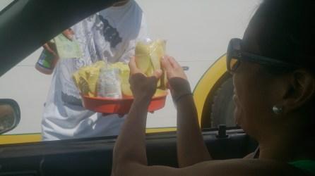 Otro día, comprando rápido mango antes que se ponga en verde el semáforo