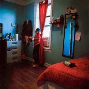 Delia trabaja por las mañanas en un restaurante, seis días a la semana. En su día libre aprovecha para limpiar su cuarto, lavar su ropa y hablar por teléfono con su novio, también migrante mexicano, proveniente del Estado de Puebla. Foto: Ruth Prieto
