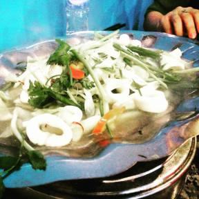 Calamar al vapor, un plato muy popular entre los vietnamitas. En muchos bares y restaurantes, lo sirven en una bandeja, encienden una estufa y hierve lentamente, en medio de hierbas, como el apio, y cebollas. Una vez cocido, es muy delicioso. Esto lo probamos en una restaurante de la cocina de la provincia de Quang Ngai. Foto: A. Alemán